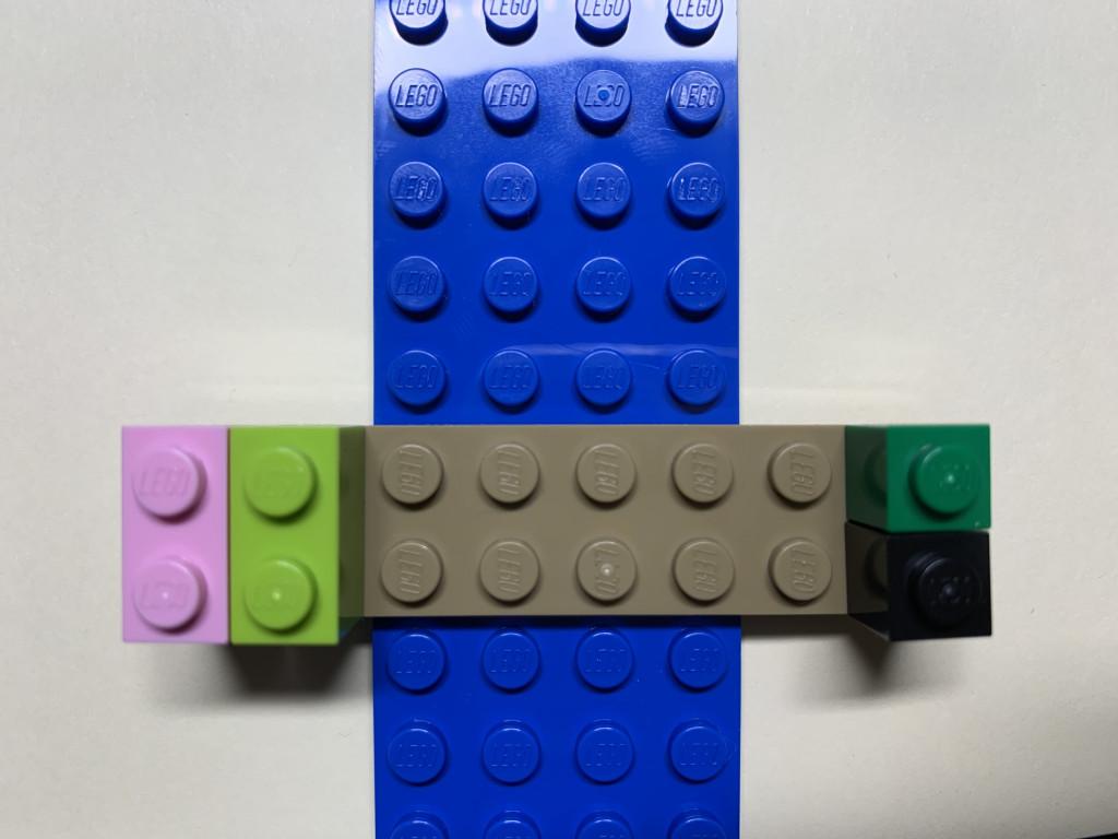 AB2樂高畫面 在一格綠色樂高下放上一格黑色樂高